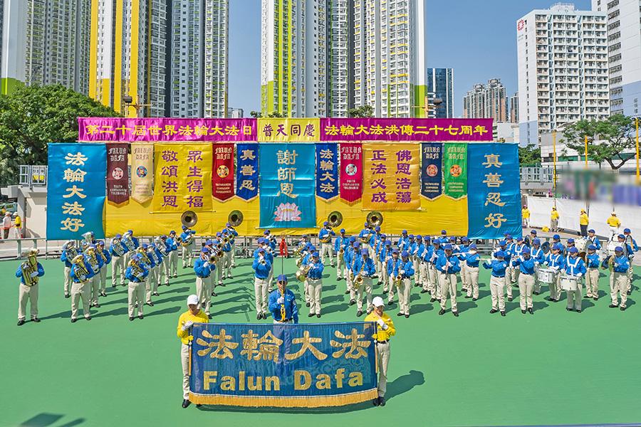 5月12日,香港法輪功學員舉行集會遊行慶祝世界法輪大法日,恭賀法輪功創始人華誕。圖為天國樂團在集會上演出。(李逸/大紀元)