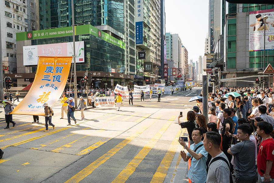 5月12日,香港法輪功學員舉行集會遊行慶祝世界法輪大法日。(李逸/大紀元)