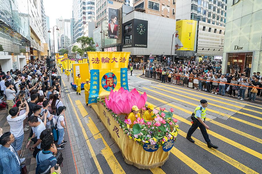 香港法輪功學員舉行集會遊行慶祝世界法輪大法日。圖為遊行隊伍中的法船。(李逸/大紀元)