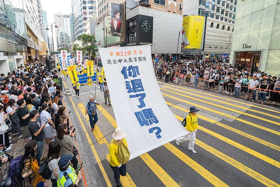 5月12日,香港法輪功學員舉行集會遊行慶祝世界法輪大法日。遊行隊伍途經尖沙咀廣東道,大批遊客和市民夾道觀看。(李逸/大紀元)