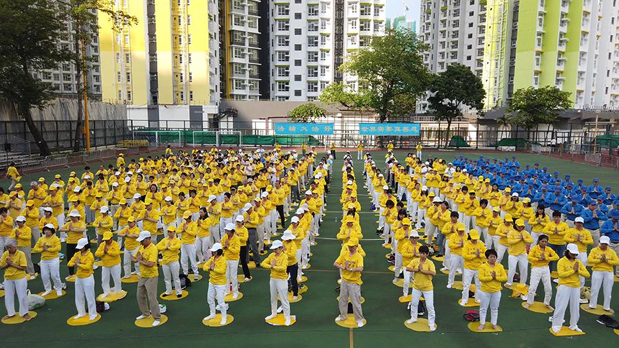 5月12日,香港法輪功學員舉行集會遊行慶祝世界法輪大法日。圖為上午集體煉功。(龐大偉/大紀元)