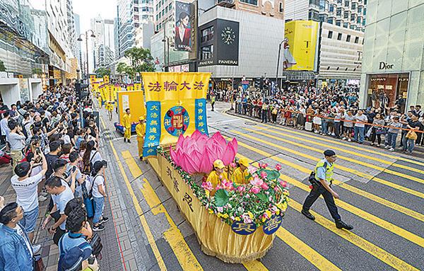 香港法輪功學員舉行集會遊行慶祝世界法輪大法日。圖為遊行隊伍中的「法船」。(李逸/大紀元)