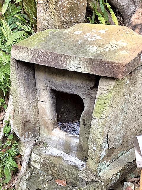早期山裏「石刻土地公廟」寬約40公分,高約50公分,比洗衣籃還小。