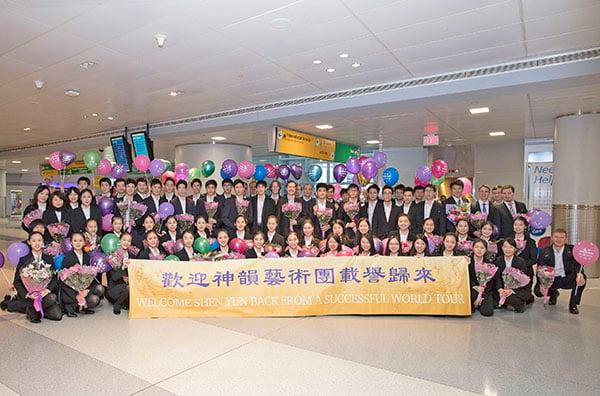5月13日,美國神韻紐約藝術團乘坐飛機抵達紐約甘迺迪國際機場,受到當地粉絲的熱烈歡迎。(張學慧/大紀元)