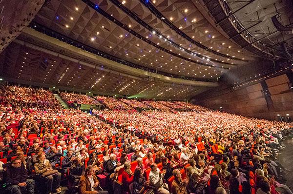 5月12日下午, 美國神韻紐約藝術團今年在巴黎國際會議中心的最後一場演出圓滿結束,現場大爆滿。(章樂/大紀元)