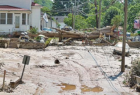 洪水造成當地道路泥濘不堪。有些地區還伴有落石。(Getty Images)