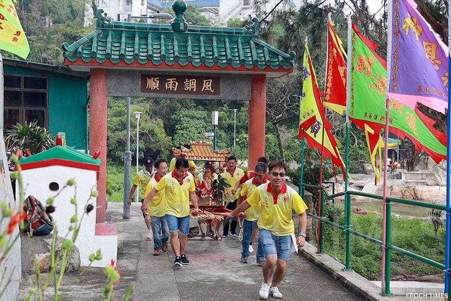「走菩薩」——眾人抬著神輿以奔跑的方式衝到神棚,寓意為得到好運。(陳仲明/大紀元)