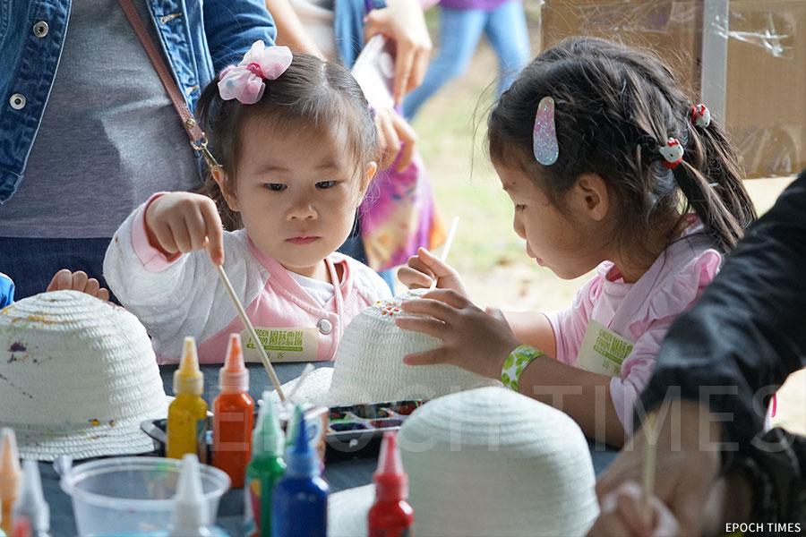 幼兒在創意遊藝農場體驗「自製彩色農夫帽」繪製獨一無二的農夫帽。(曾蓮/大紀元)
