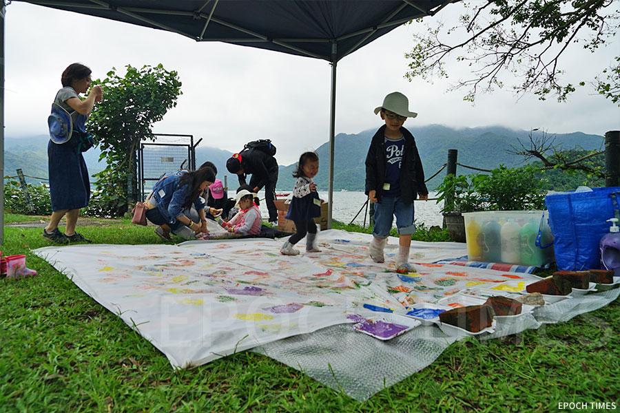 幼兒在創意遊藝農場體驗「五顏六色小腳印」中愉快玩耍。(曾蓮/大紀元)