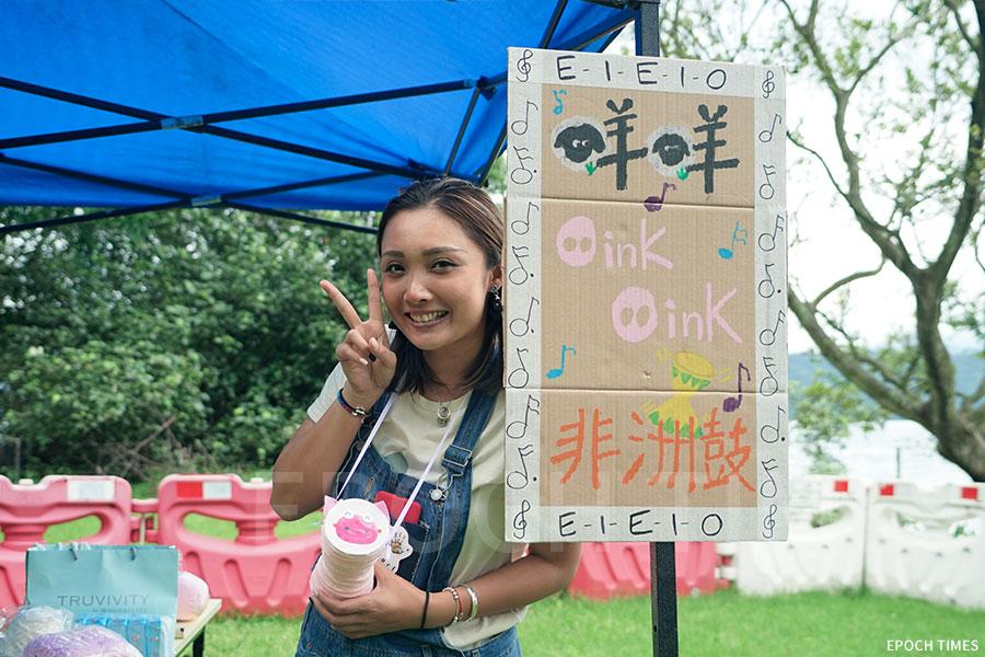 環保工作坊「咩咩Oink Oink非洲鼓」導師與她的作品。(曾蓮/大紀元)