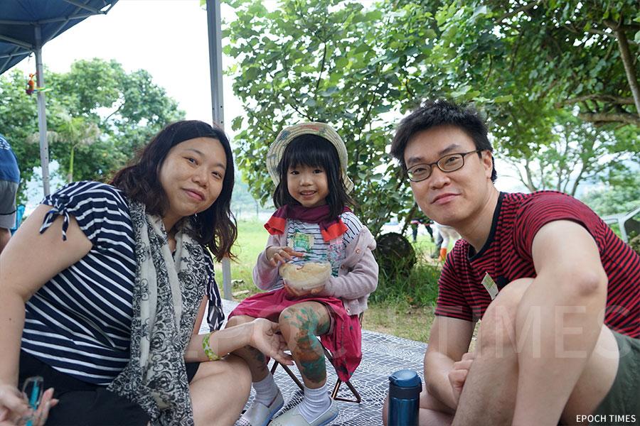 吳先生、吳太帶著五歲半的女兒雅晴前來參與活動。(曾蓮/大紀元)