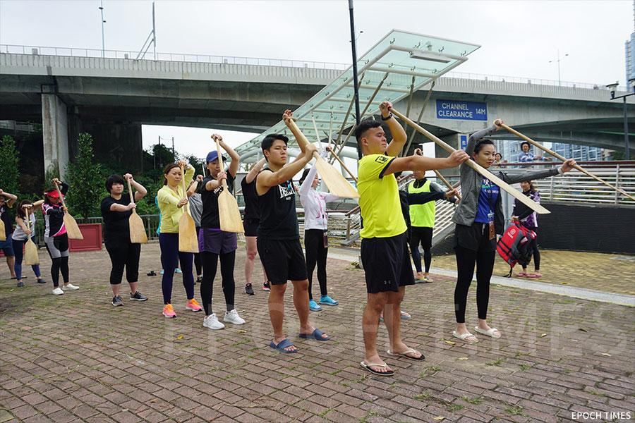 公眾參與划龍舟技巧學習。(曾蓮/大紀元)