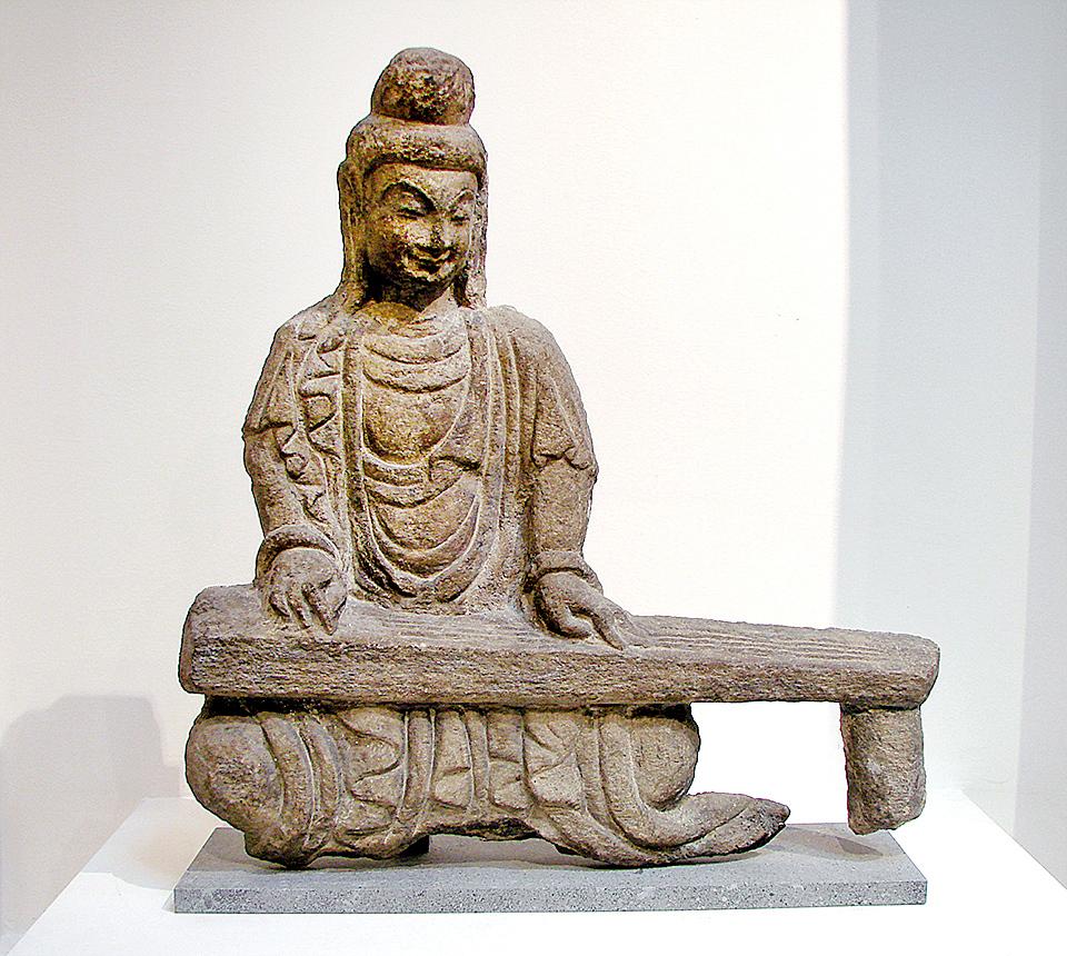 左圖:北魏時代的撫琴石佛像,出土於山西,藏於巴黎吉美國立亞洲藝術博物館(公有領域)