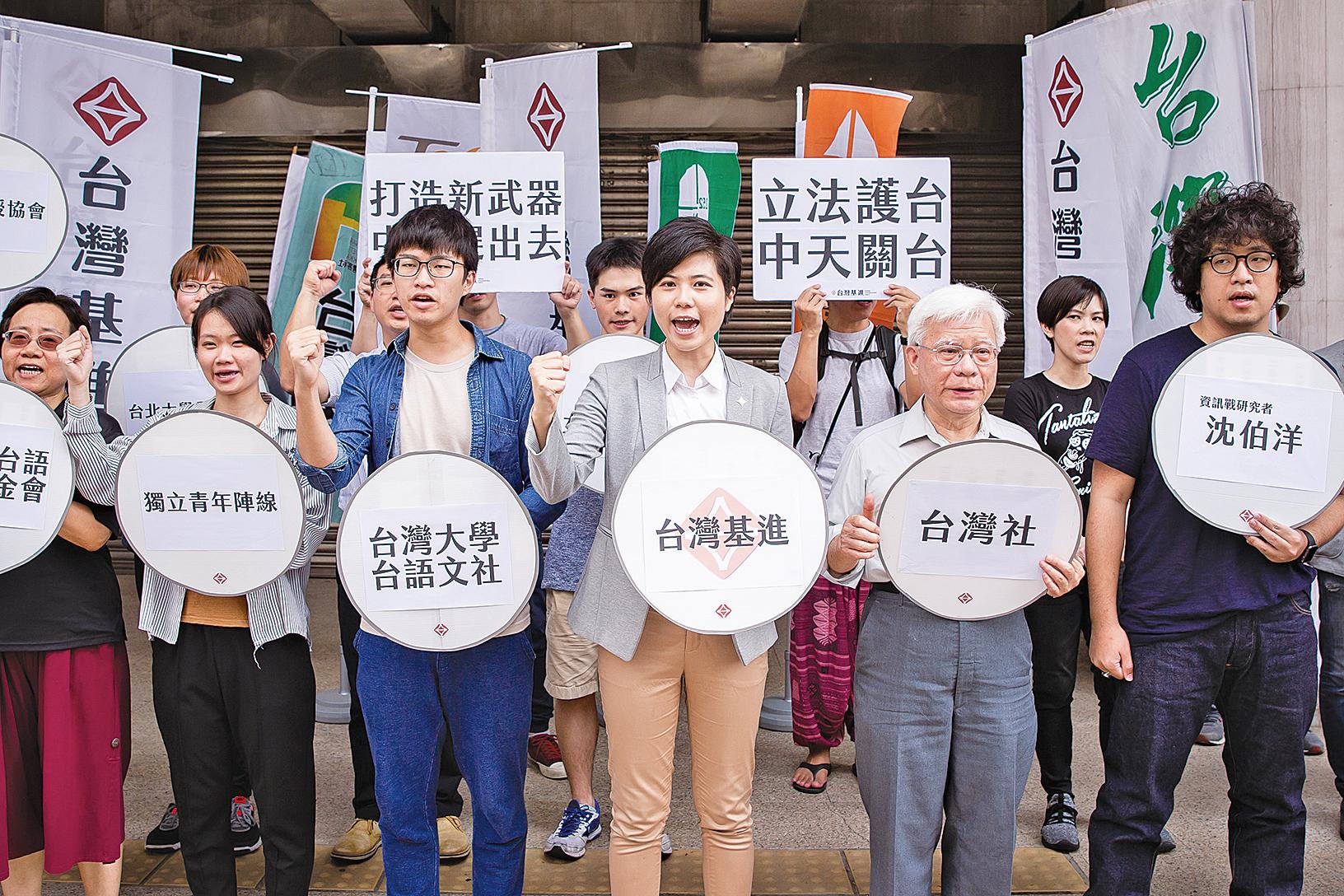 中共對台灣媒體統戰升級,引發台灣民間不滿抗爭,呼籲當局制定「外國代理人登記法」管制親共媒體。(陳柏州/大紀元)