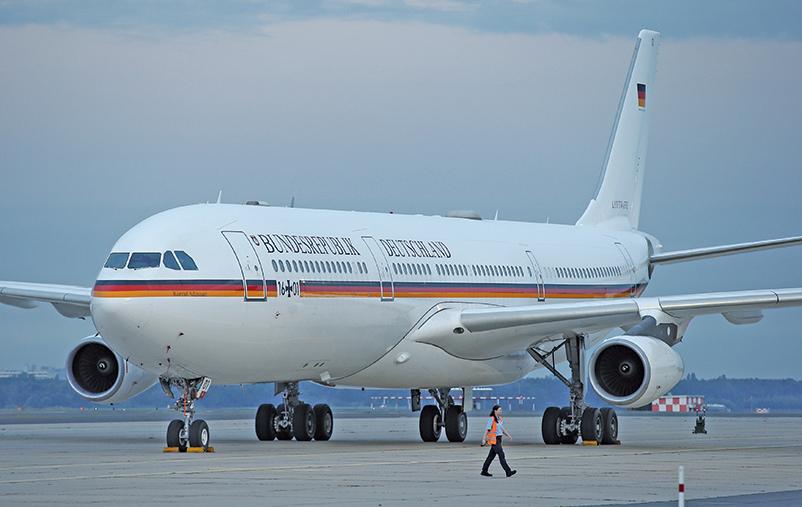 日前德總理默克爾的座機被一輛機場地勤車輛撞上,疑似地勤是「默粉」,看到專機太興奮,忘了拉剎車。(AFP)