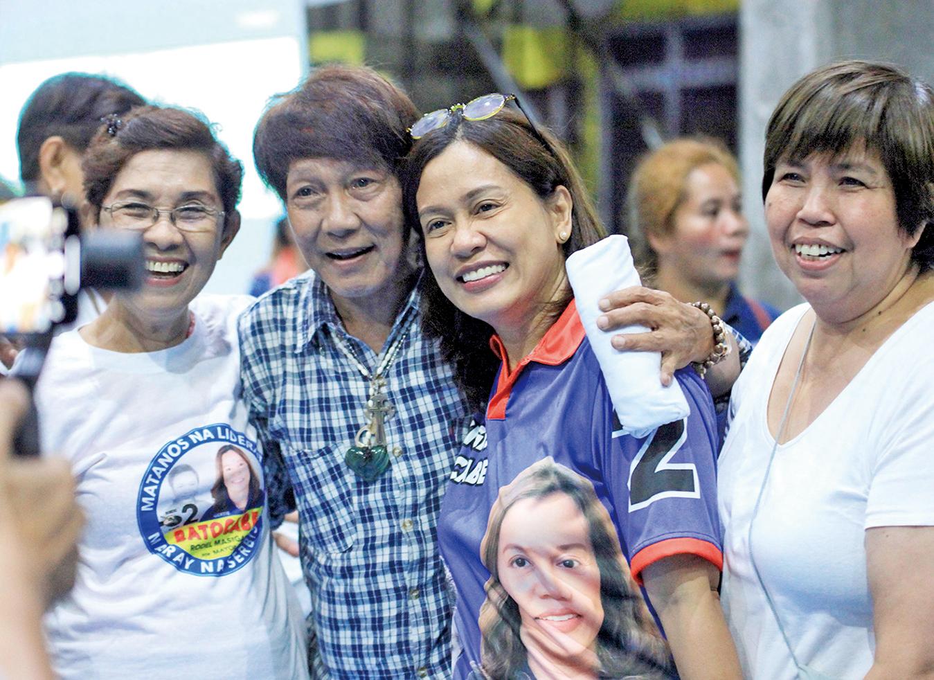 媒體報道,這次菲律賓期中選舉有至少六位候選人遺孀因丈夫遇害而代夫出征。巴托卡貝(右二)就是其中一例。(AFP)