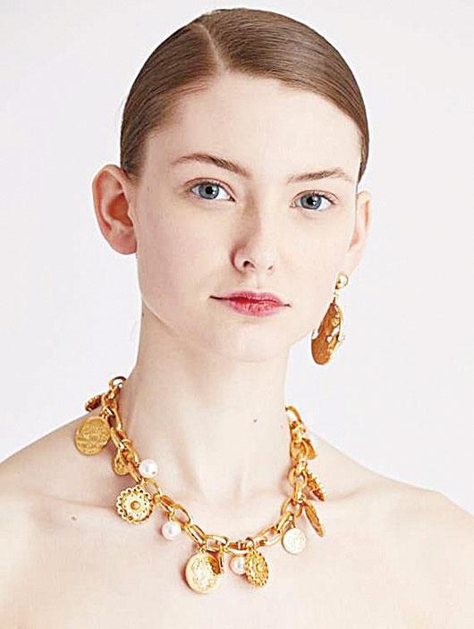 Oscar de la Renta 硬幣珍珠頸練,把珍珠和金屬相結合,令珍珠首飾看起來更年輕、活潑。(Oscar de la Renta 官網)