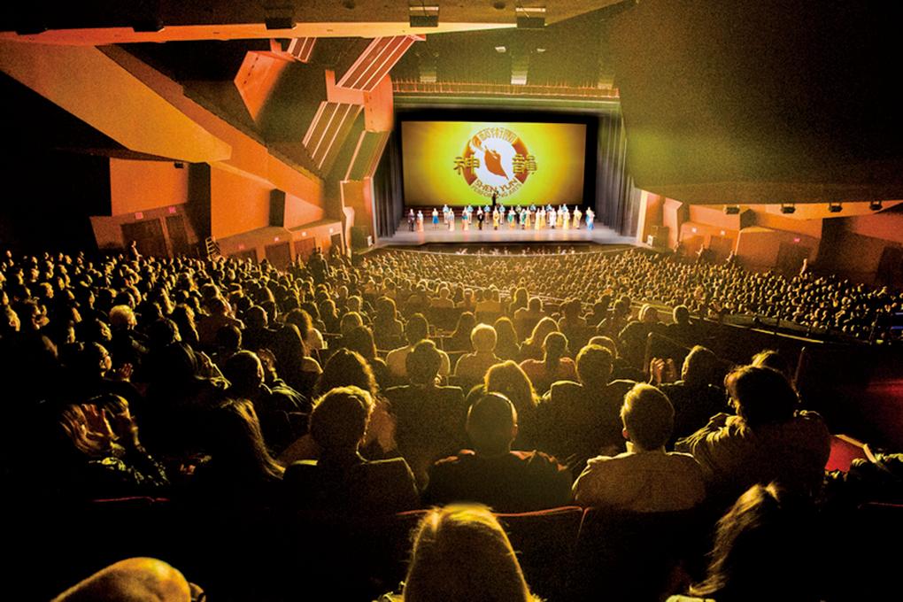 神韻國際藝術團20日在橙縣表演藝術中心的演出現場。(季媛/大紀元)