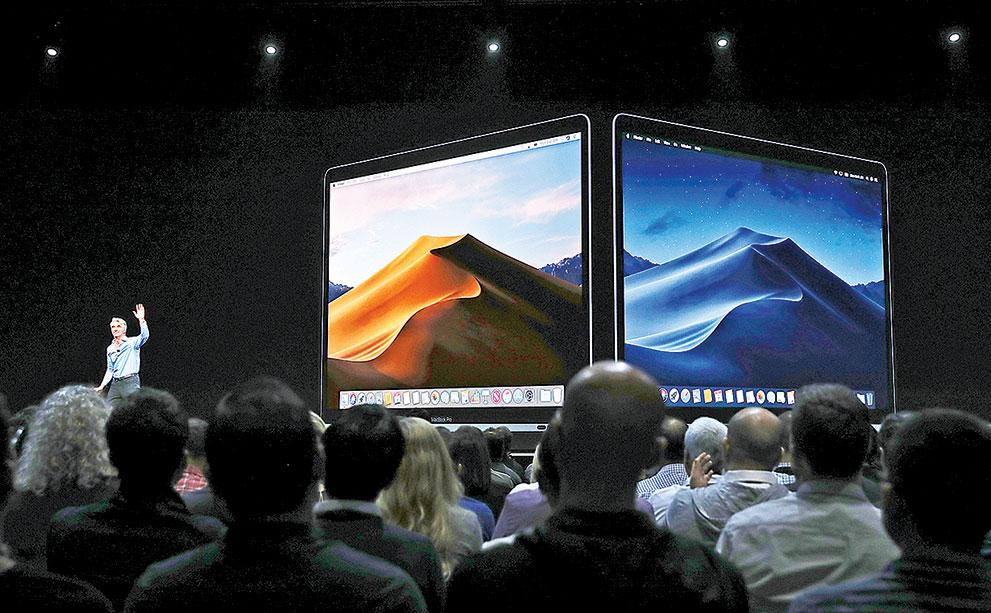 蘋果通常在年度全球開發商大會(WWDC)上宣佈對iOS、Mac和智能軟件的更新。圖為2018年WWDC上介紹Mac新系統。(Justin Sullivan/Getty Images)