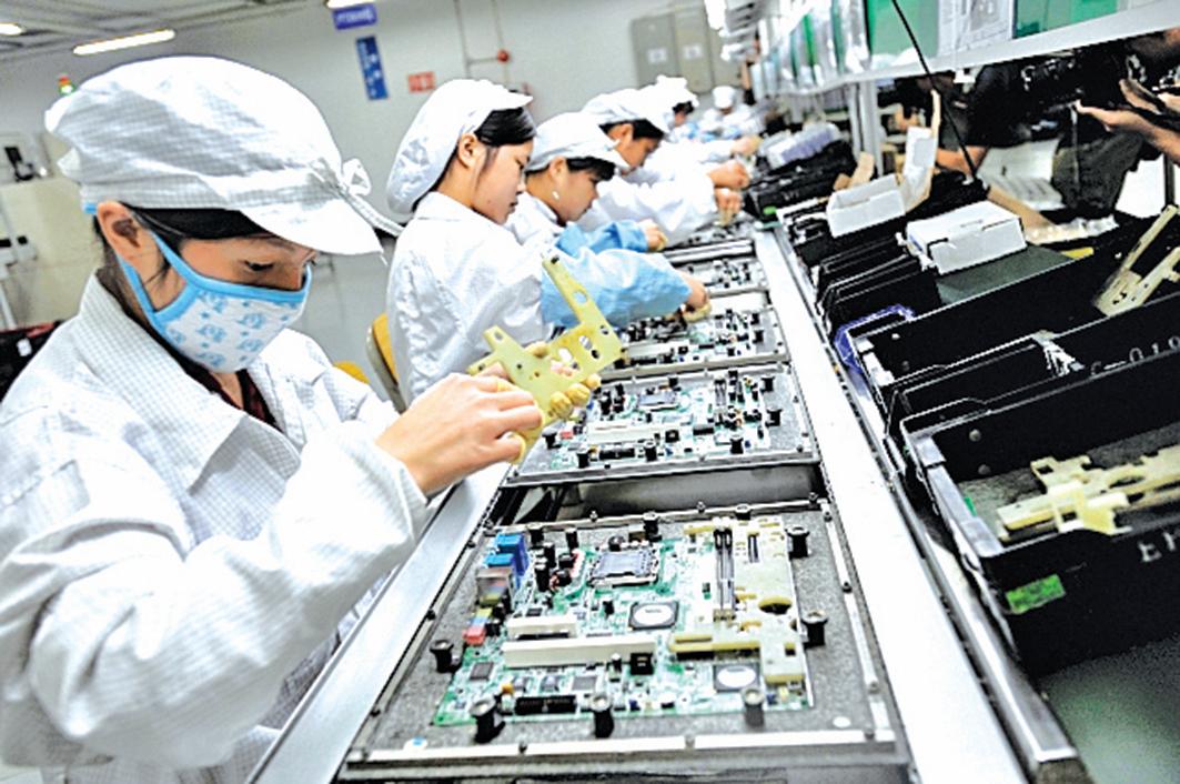 美國最新一輪關稅措施將針對價值3,250億美元中國進口商品。按價值計算的最大宗產品是手機,其次是筆記本電腦。圖為富士康在深圳的工廠。(AFP)