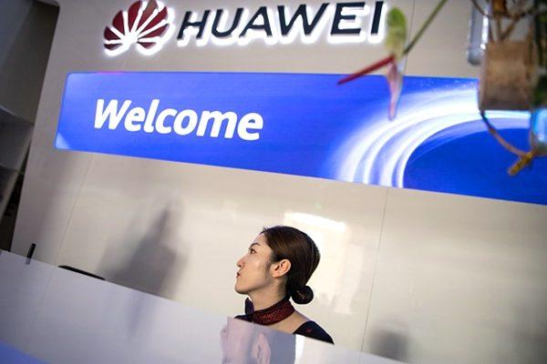這一行政令為禁止華為和中興等中國公司進入美國,掃清了障礙。(FRED DUFOUR/AFP/Getty Images)