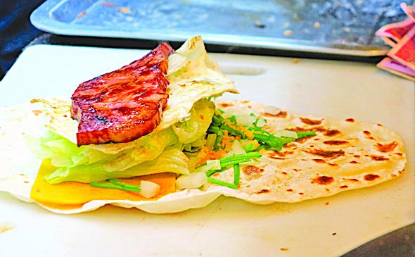 手工的烤餅包進牛肉,嫩雞腿,煙肉芝士,熱騰騰的引人垂涎。