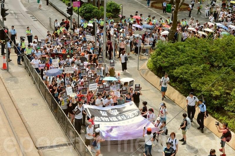昨日六千名市民遊行,爭取香港成立《動物福利法》,及提高對防止殘酷對待動物條例的罰則至最高囚十年。(宋碧龍/大紀元)