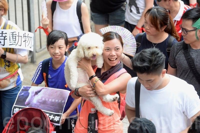 不少遊行的市民帶同寵物參加遊行。(宋碧龍/大紀元)