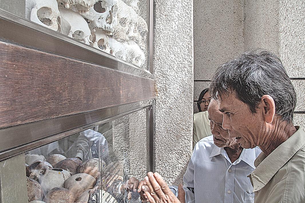 倖存者參觀柬埔寨金邊瓊邑克殺戮場(萬人塚),紅色高棉政權於1975年至1979年間在這裏處死了大約17,000人。 (Omar Havana/Getty Images)
