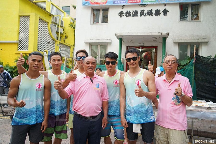 赤柱漁民娛樂會會長羅明(左一)、主席黎水勝(右四)與部份隊友們。(曾蓮/大紀元)