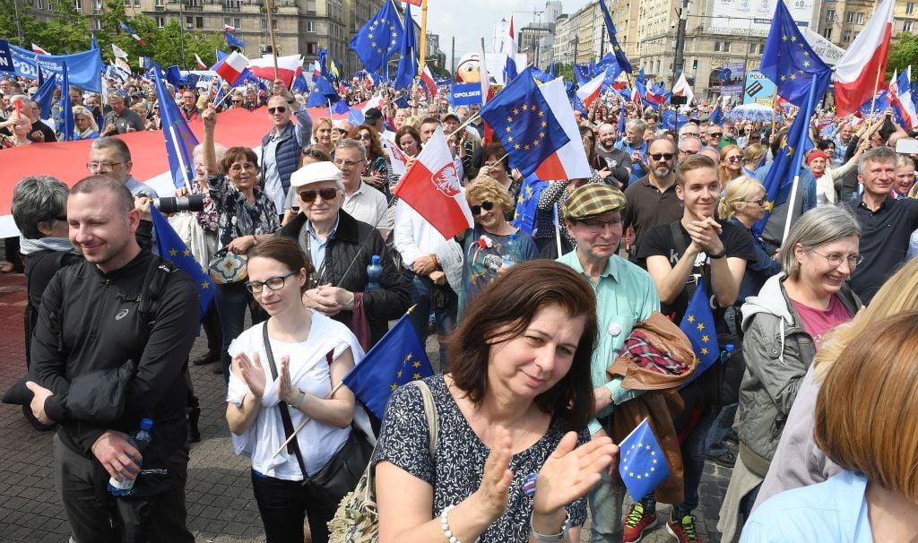 2019年5月18日,歐盟成千上萬民眾,慶祝波蘭入會15周年。JANEK SKARZYNSKI/AFP/Getty Images)