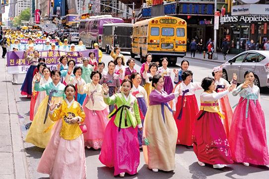 5月16日,六大洲的部份法輪功修煉者聚集在紐約曼哈頓,遊行慶祝法輪大法洪傳27周年。(戴兵/大紀元)