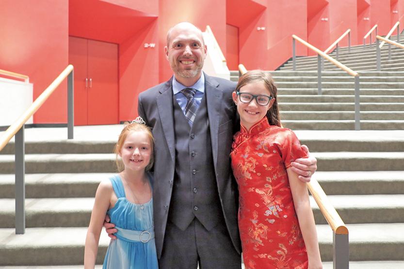 美國農業部生物學家Greg Fuerst先生與女兒們。(陳怡然/大紀元)