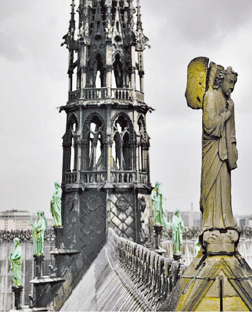巴黎聖母院尖塔四方,環繞著12門徒和4位福音傳道者的青銅塑像。(MARTIN BUREAU/AFP/Getty Images)