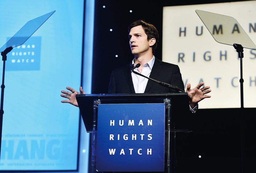 美國人權英雄艾希頓庫奇 台前搞笑幕後忙救人