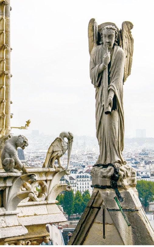 換個角度看,巴黎聖母院的屋頂上,復活天使吹響號筒,身後是守護教堂的石像怪。(Shadowgate/Wikimedia Commons)
