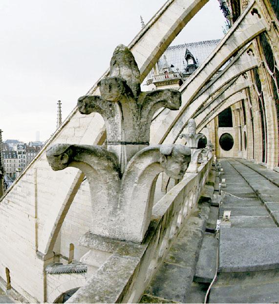 巴黎聖母院側面的飛扶壁。 (PATRICK KOVARIK/AFP/Getty Images)