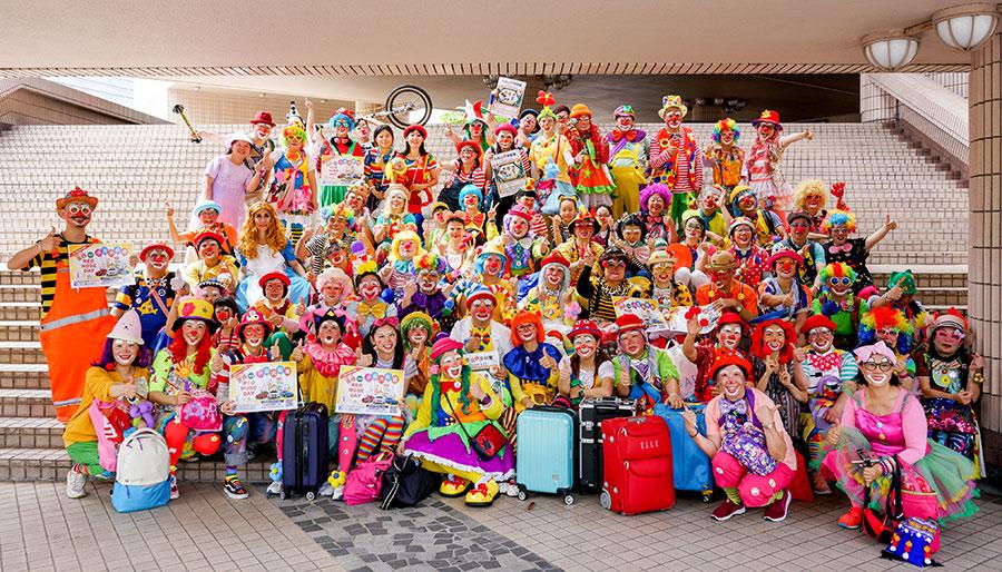 5月19日,逾百名小丑在尖沙咀文化中心露天廣場進行大巡遊,以慶祝及推廣「紅鼻子日」。(饒宗頤文化館提供)