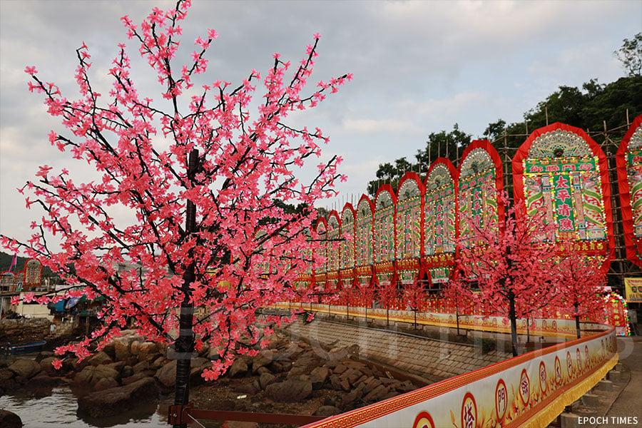 塔門碼頭的通道佈滿了花牌和LED桃花,特別是在晚間燈火通明,明艷動人。(陳仲明/大紀元)