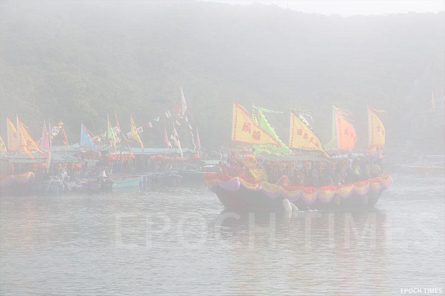 迎神船隊從塔門起行時遇上大霧。(陳仲明/大紀元)