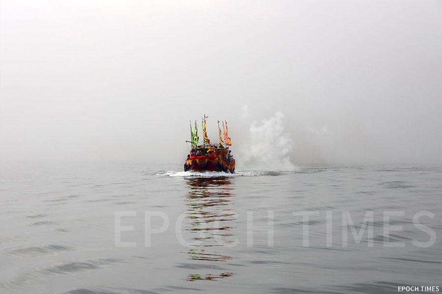 迎神船隊起行時遇上大霧,最後成功衝出重重迷霧,迎接吉澳天后。(陳仲明/大紀元)