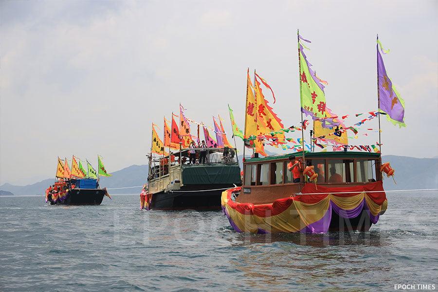 參與天后海上巡遊的頭船、二船及三船以繩索相連,牽引座駕船前行。(陳仲明/大紀元)