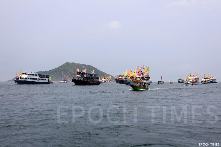 數十艘船隻浩蕩出發,參與天后海上巡遊。(陳仲明/大紀元)