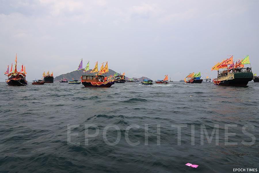 船隊在塔門北灣對開的赤洲口海域舉行祭祀儀式後,在該處海面逆時針繞行一周後才繼續行程。(陳仲明/大紀元)