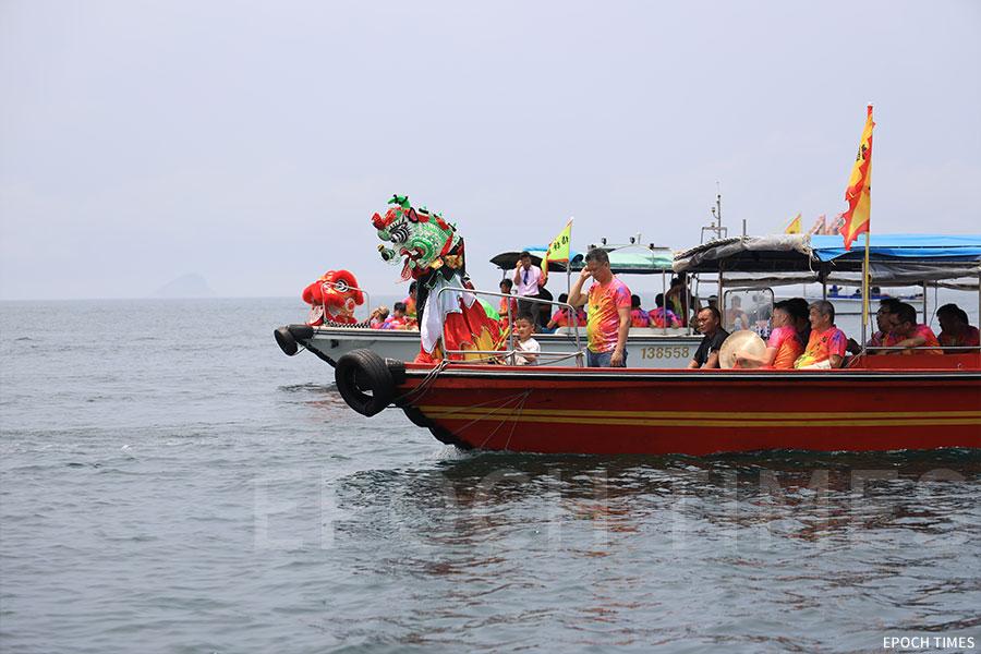 天后海上巡遊的座駕船旁邊,還有兩艘分別載有醒獅、麒麟的小艇「護駕」。(陳仲明/大紀元)