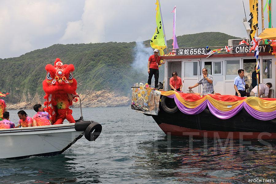 天后海上巡遊的座駕船右邊有醒獅「護駕」。(陳仲明/大紀元)
