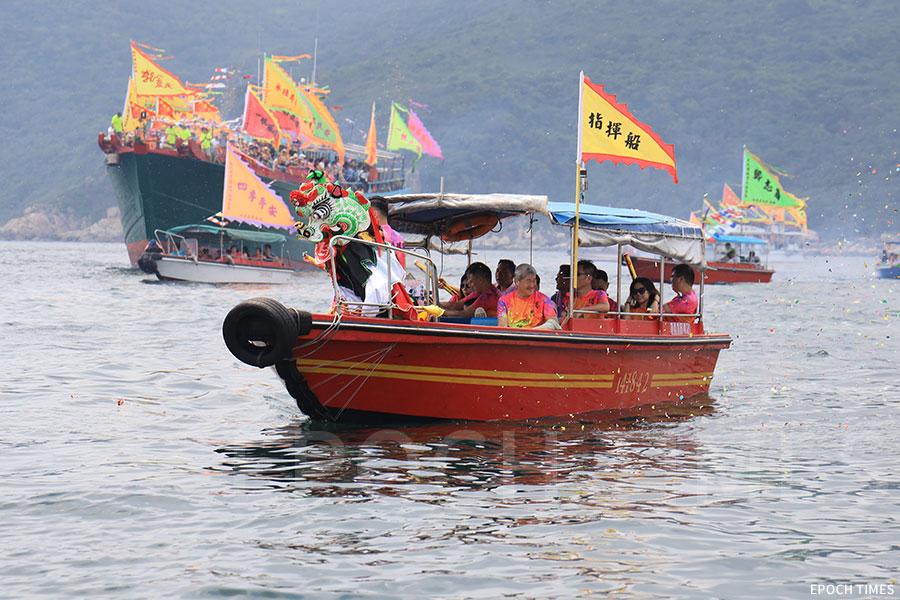 天后海上巡遊的座駕船左邊有麒麟「護駕」。(陳仲明/大紀元)