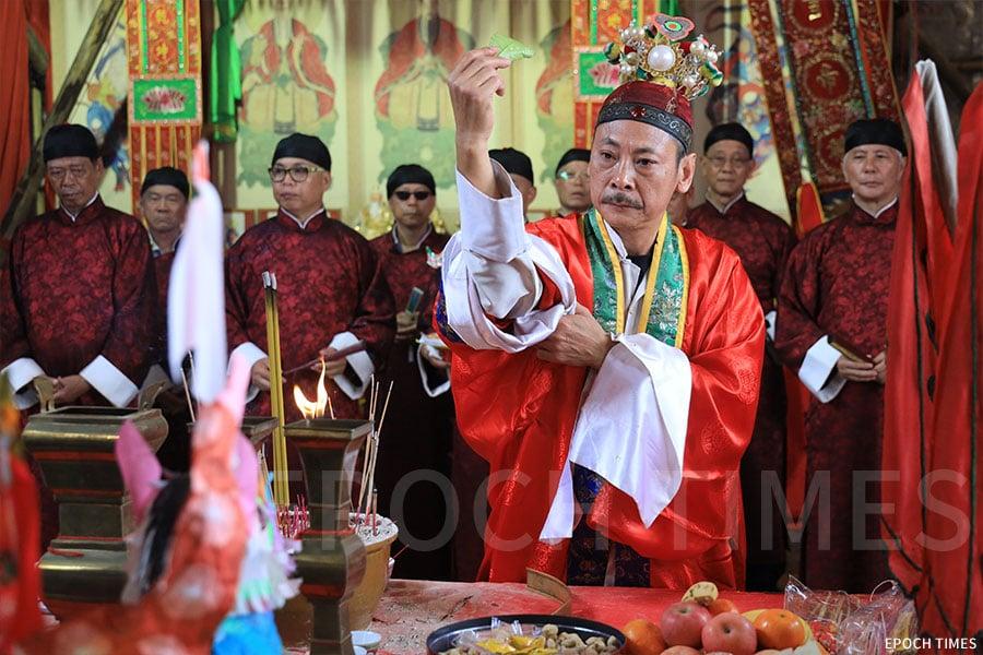 塔門聯鄉太平清醮由喃嘸主持一系列儀式。(陳仲明/大紀元)