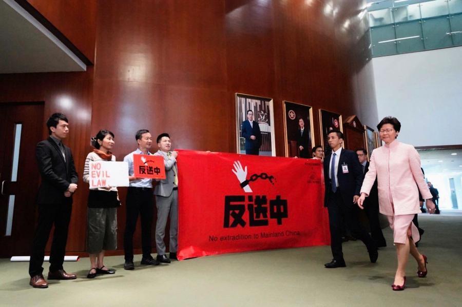 民主派議員促林鄭下台 答問大會二人被逐