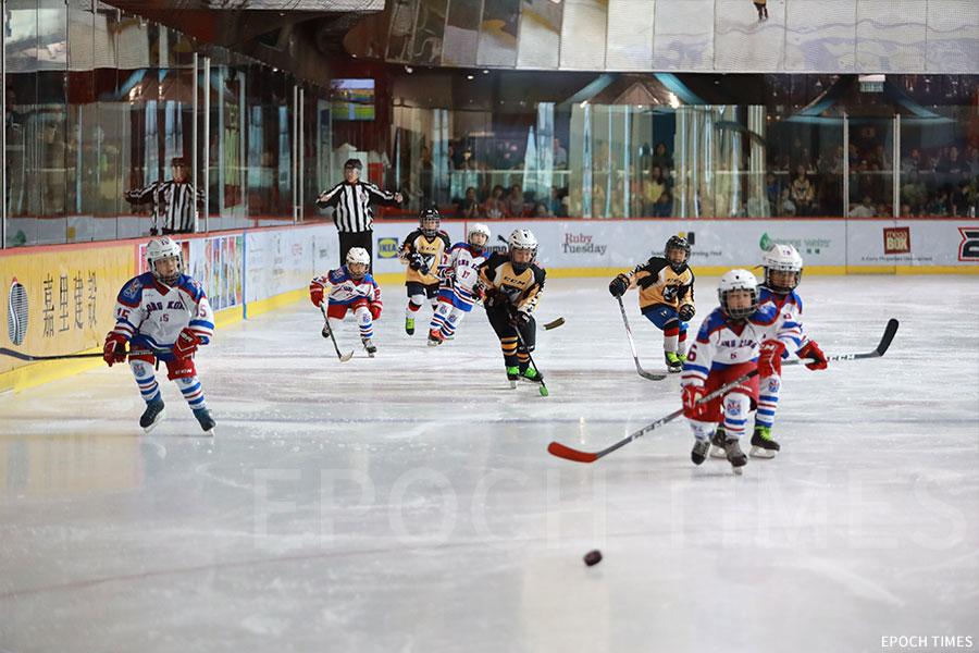 Empire Panther冰球隊參與「2019 Mega Ice五人冰球賽」青少年組賽事,小朋友們十分投入。(陳仲明/大紀元)